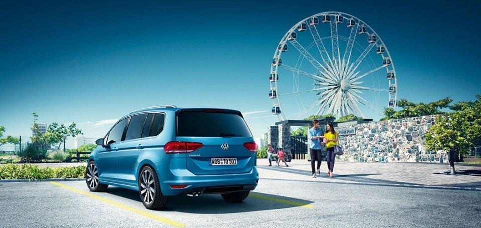 retro di un auto GOLF e ruota panoramica sullo sfondo