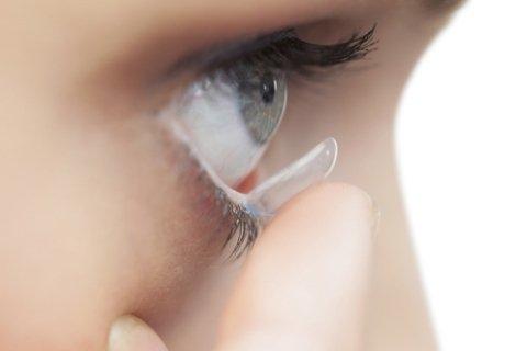 Applicazione della lente a contatto