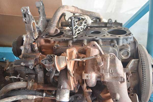 motore riparato da meccanico per auto a Vittoria