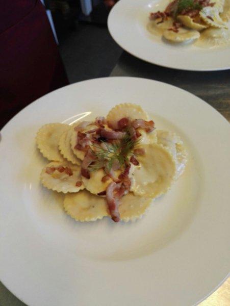 piatto di ravioli ripieni con pancetta
