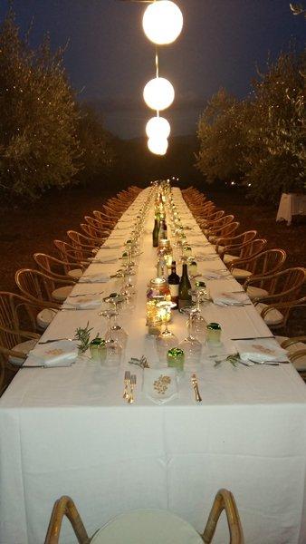immagine di un tavolo apparecchiato per una cerimonia importante