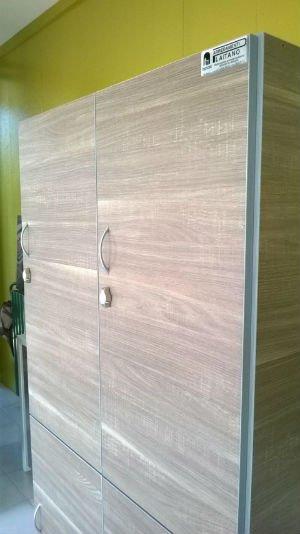 due armadietti di legno