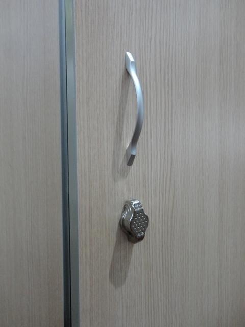 un armadietto in legno con una maniglia e serratura