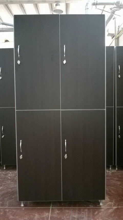 quattro armadietti di color marrone scuro