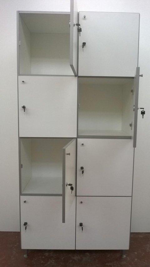 degli armadietti con le ante aperte