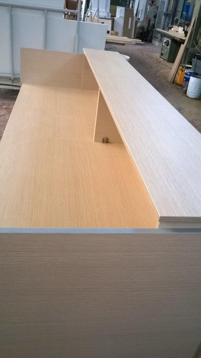 un mobile in legno chiaro