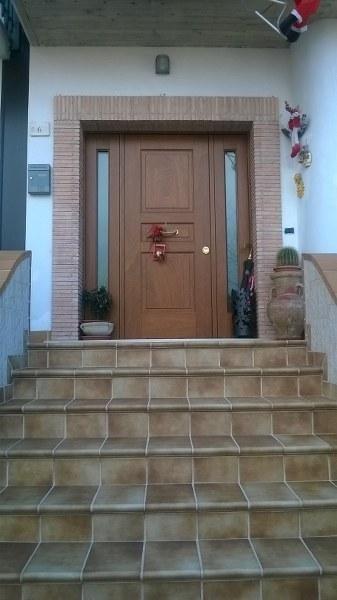 una porta d'entrata in legno