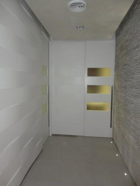 una stanza con una parete in legno di color bianco