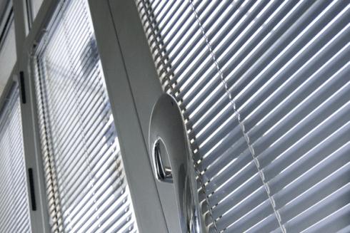 Tra i prodotti offerti dalla ditta vi sono porte e finestre in alluminio.