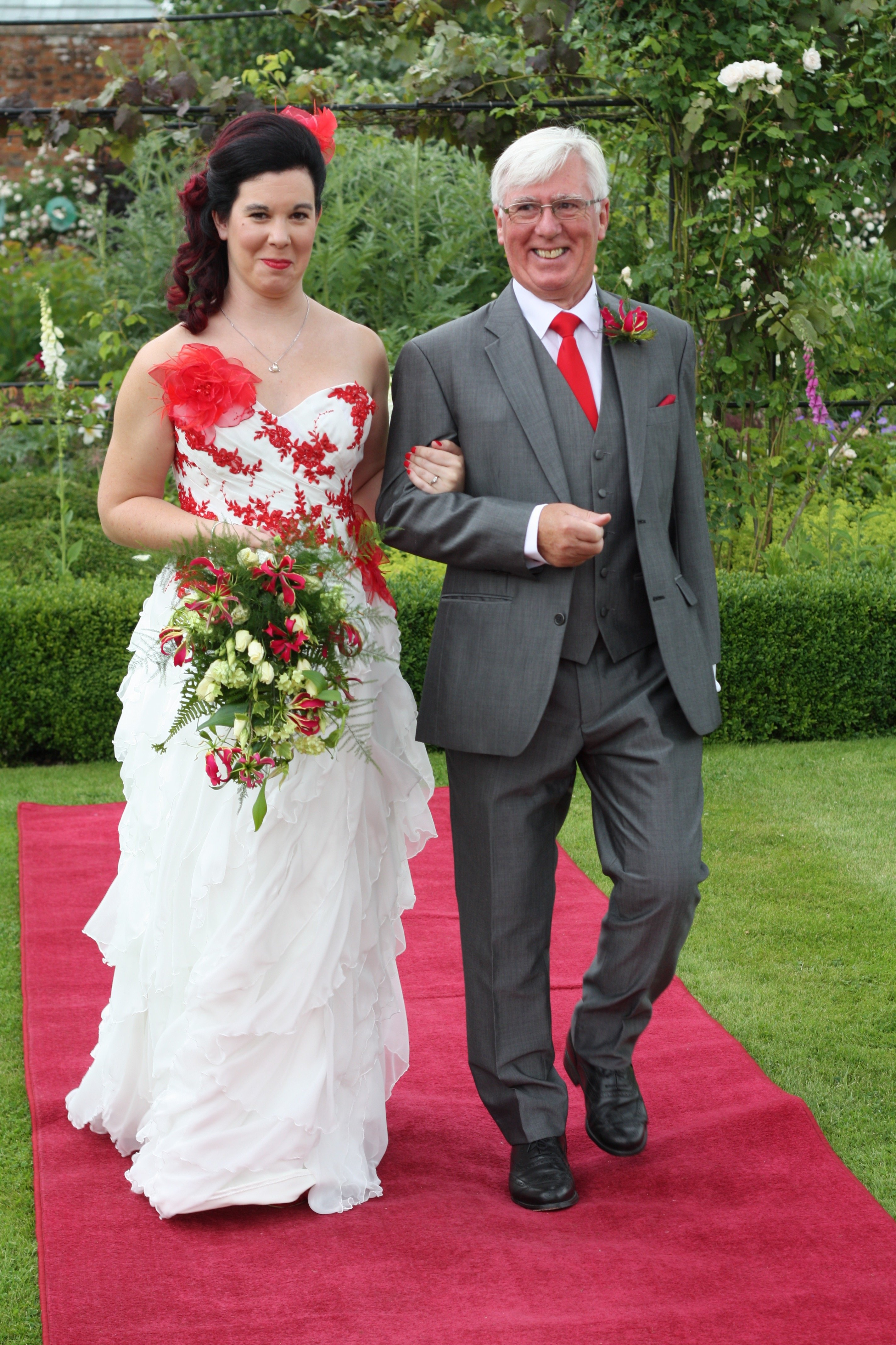 Red wedding dress, alternative bridal, colourful details, red lace