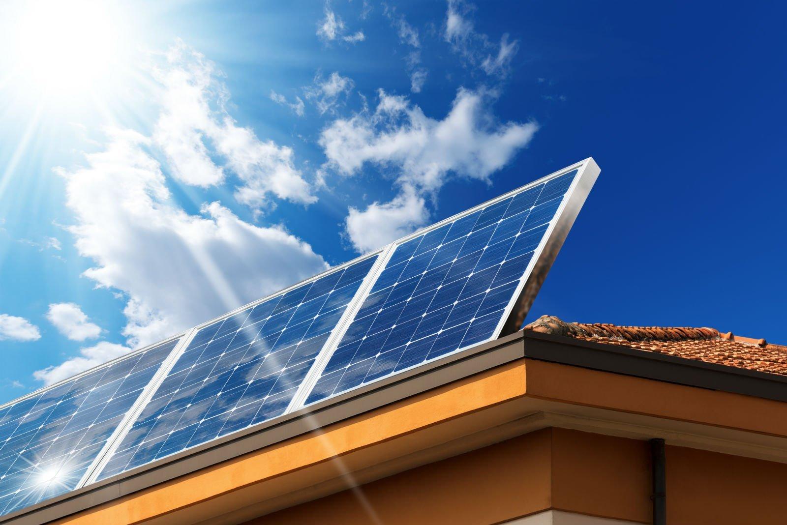 Vista dal basso di pannelli solari su un tetto