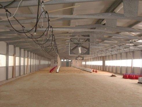 interno di una fabbrica vuota con controsoffitti in ferro