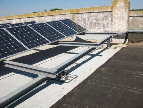 Pannelli fotovoltaici aperti su un tetto