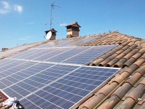 Vista laterale di pannelli solari sul tetto