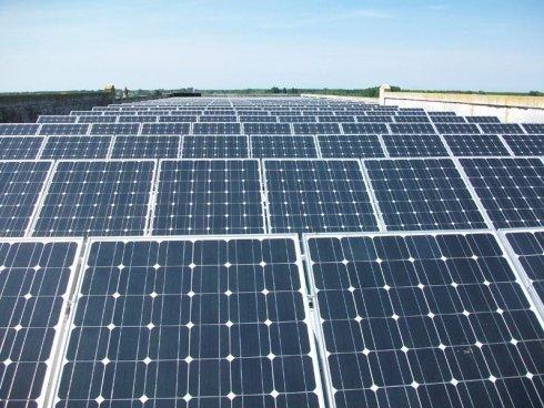 Vista frontale di pannelli solari chiusi su un tetto