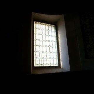 Vista interna di finestra con griglia in ferro