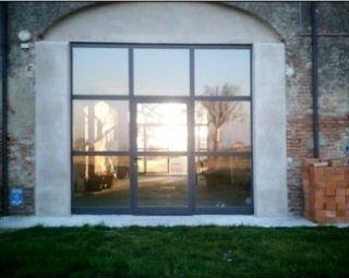 una vetrata con finiture in ferro