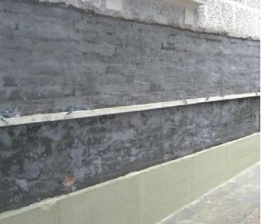 Entro 24 ore applicare intonaco macroporoso, deumidificante che accelera l'evaporazione dell'umidità di risalita per uno spessore minimo di due centimetri, con un consumo di circa 11-12 kg/m2 per cm di spessore a partire da 10 - 15 cm dal livello del pavimento. Eseguire la zoccolatura microporosa di 10 - 15 cm a partire dal pavimento, dello spessore complessivo dell'intonaco.
