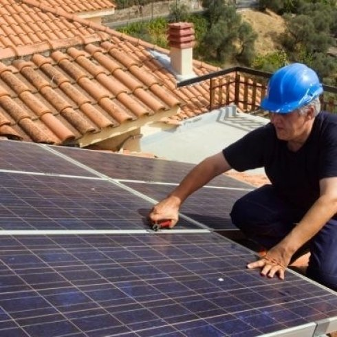 La ditta installa e effettua riparazioni per pannelli solari