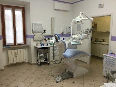 uno studio dentistico con un lettino con gli attrezzi dentistici