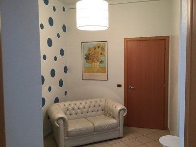 un sala da attesa con un divano di pelle