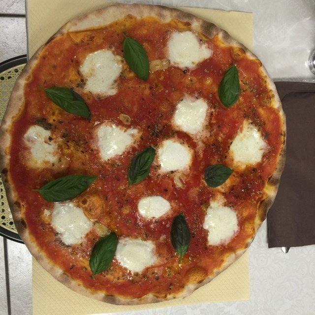 pizza con mozzarella di bufala e basilico