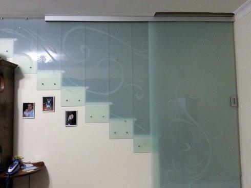 chiusura scala con vetro antinfortunistico biancolatte disegnato con porta scorrevole
