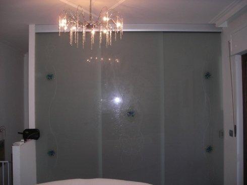 parete in vetro scorrevole a trascinamento con vetro di sicurezza disegnato