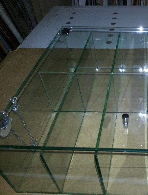 teca in vetro con vari scomparti e sportello superiore