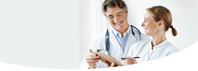 Dentisti esaminano una cartella clinica