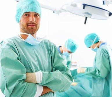 un medico in primo piano e due chirurghi