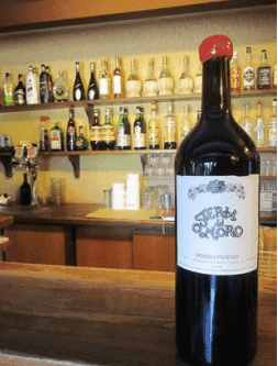 una bottiglia di vino della casa