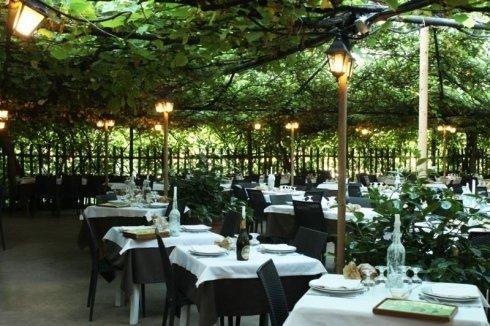 i tavoli all'esterno di un ristorante