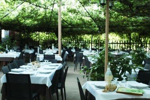 dei tavoli all'esterno di un ristorante