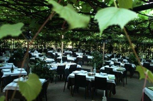 esterno del ristorante con vista dei tavoli