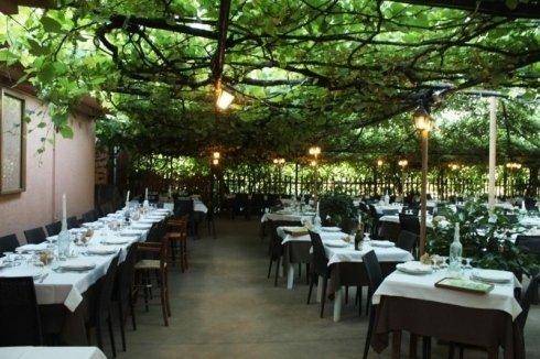 dei tavoli apparecchiati fuori dal ristorante