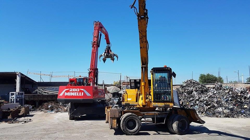 una demolitrice rossa della marca 280 Minelli e dei rottami