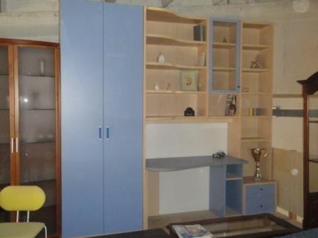 un mobile in legno con un armadio e una scrivania