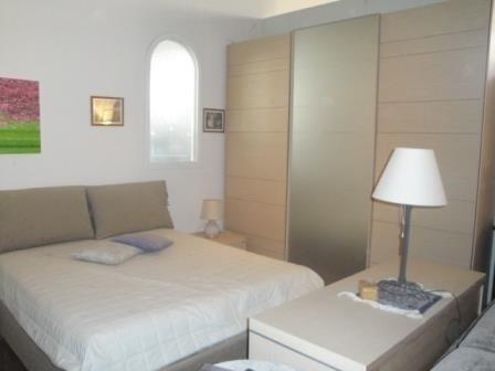 una camera con un armadio, un letto e un comò
