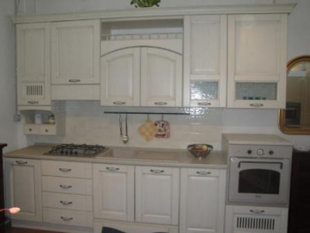 una cucina in legno di color avorio