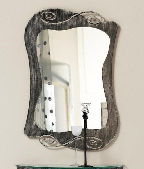 uno specchio e porta candele in vetro