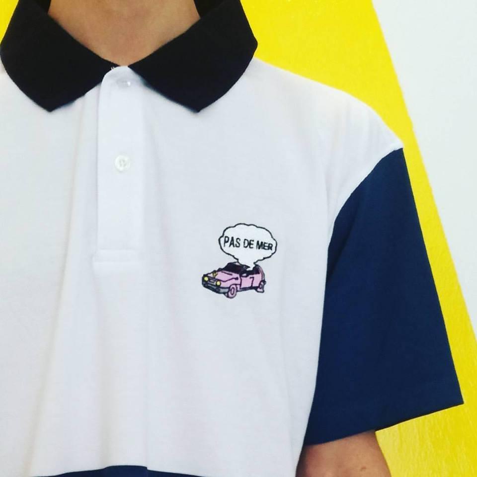 una maglietta con un logo di una macchina rosa e la scritta Pas de Mer