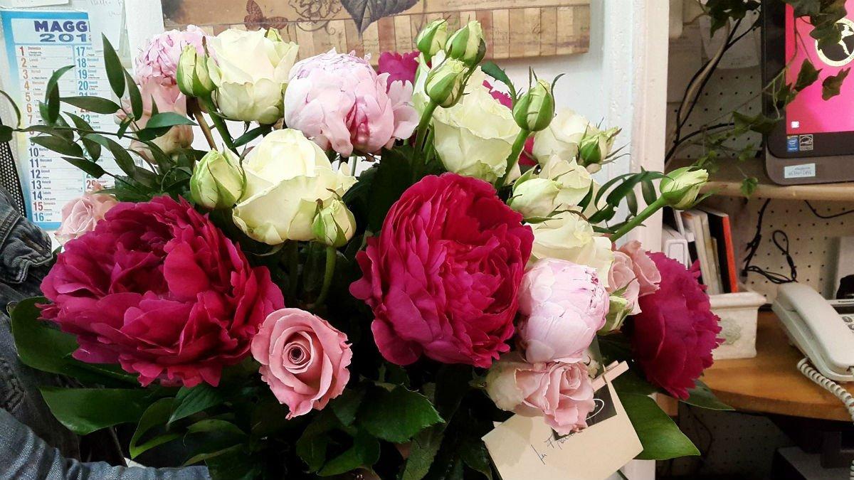un bouquet di rose bianche, fucsia e rosa