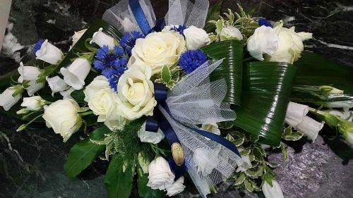 bouquet di rose bianche con del velo