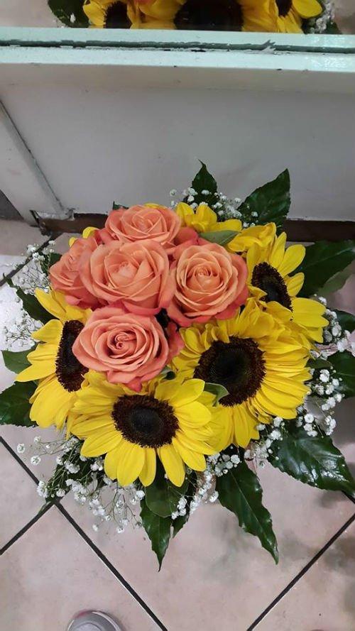 un bouquet di girasoli e di rose arancioni