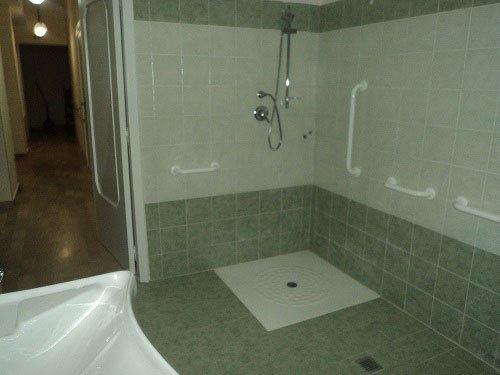 vista della doccia in un bagno