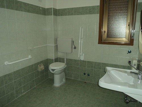 un bagno con vista del wc e sulla destra il lavabo