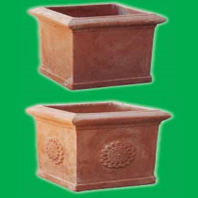 dei vasi quadrati e profondi in terracotta