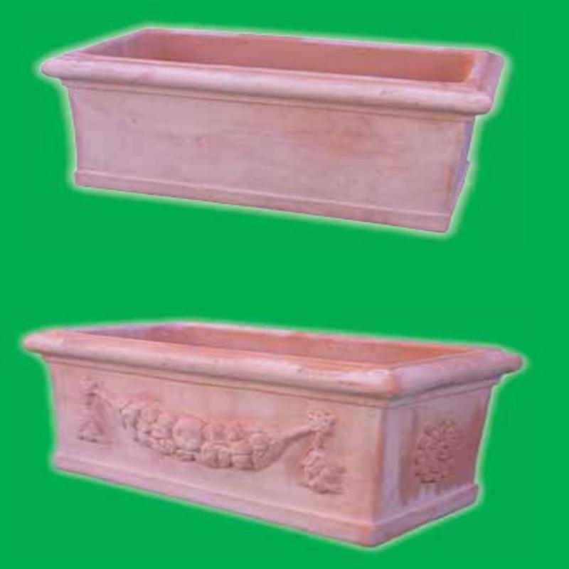 due vasi rettangolari di terracotta con dei disegni