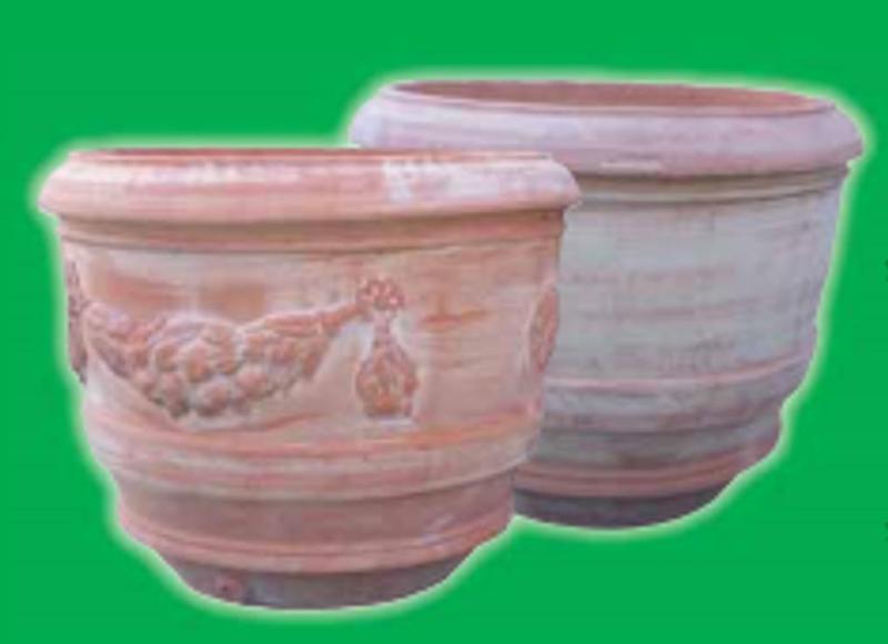 due vasi rotondi grandi in terracotta con dei disegni
